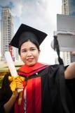 As felicitações da educação do conceito na universidade, selfie tomam a foto fotos de stock