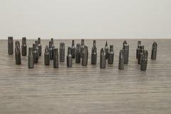 As ferramentas, ajustaram os bocados de broca de aço em uma tabela de madeira decorada foto de stock royalty free