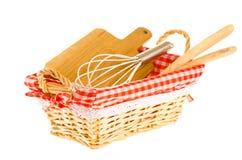 As ferramentas da cozinha na cesta, consistindo whisk, placa de estaca, foto de stock royalty free