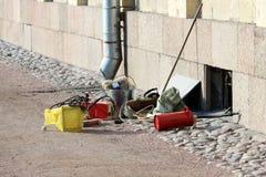 As ferramentas de funcionamento do soldador encontram-se na terra perto do palácio de Gatchina pronto para trabalhar Imagem de Stock Royalty Free