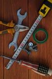 As ferramentas de funcionamento encontram-se em um de madeira workbenchgreen a fita adesiva fotografia de stock