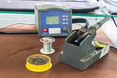 As ferramentas de solda, lata, ferro de solda, resina na tabela Fotos de Stock Royalty Free