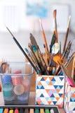 As ferramentas do artista com pinturas na tabela imagens de stock royalty free