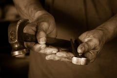 As ferramentas e as mãos do artesão Imagens de Stock
