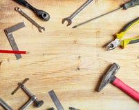 As ferramentas espalharam para fora na placa, chaves de fenda, alicates, chaves, quadrados Composição lisa dos leus, quadro Imagens de Stock