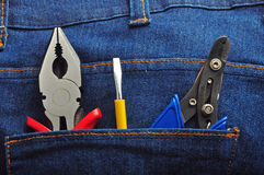 As ferramentas nas calças de brim suportam o bolso 3 Foto de Stock
