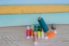 As ferramentas para costurar para o passatempo ajustaram-se na opinião superior do fundo de madeira da tabela Foto de Stock Royalty Free