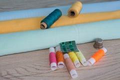 As ferramentas para costurar para o passatempo ajustaram-se na opinião superior do fundo de madeira da tabela Foto de Stock