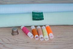 As ferramentas para costurar para o passatempo ajustaram-se na opinião superior do fundo de madeira da tabela Fotografia de Stock Royalty Free