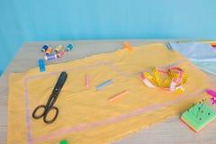 As ferramentas para costurar para o passatempo ajustaram-se na opinião superior do fundo de madeira da tabela Jogo Sewing Linha,  Imagens de Stock Royalty Free