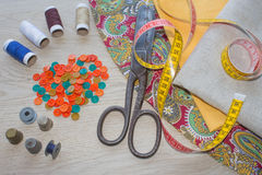 As ferramentas para costurar para o passatempo ajustaram-se na opinião superior do fundo de madeira da tabela Jogo Sewing Linha,  Imagem de Stock Royalty Free
