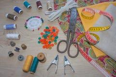 As ferramentas para costurar para o passatempo ajustaram-se na opinião superior do fundo de madeira da tabela Jogo Sewing Linha,  Fotos de Stock