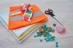 As ferramentas para costurar para o passatempo ajustaram-se na opinião superior do fundo de madeira da tabela Linha, agulhas e pa Fotografia de Stock