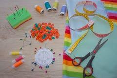 As ferramentas para costurar para o passatempo ajustaram-se na opinião superior do fundo de madeira da tabela Linha, agulhas e pa Fotos de Stock