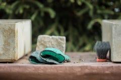 As ferramentas para jardinar estão na tabela imagens de stock