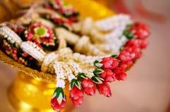 As festões tailandesas das flores frescas são usadas pelo noivo e pela noiva no dia do casamento foto de stock
