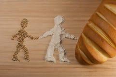 As figuras da grão, moeram recentemente o trigo O conceito do processo de criar o pão, da grão de moedura ao produto final o fotografia de stock
