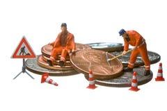 As figuras diminutas que trabalham em um montão do dólar inventam Imagem de Stock Royalty Free