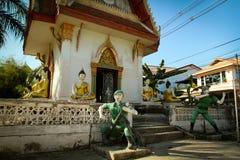 As figuras dos soldados aproximam o monastério em Tailândia fotografia de stock