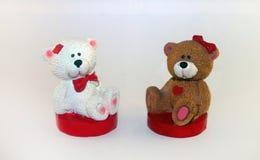 As figuras dos ursos em um fundo branco fotos de stock