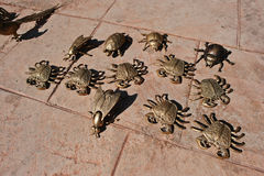 As figuras douradas do metal do mar crabs, besouro do escaravelho imagem de stock