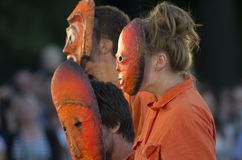 As figuras misteriosas em máscaras alaranjadas fotografia de stock royalty free