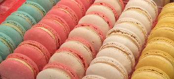 As fileiras coloridas dos bolinhos de amêndoa ou do Macarons como esta pastelaria deliciosa são chamadas em França Fotos de Stock