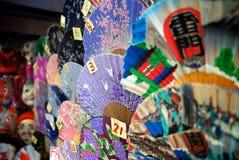 As fileiras da mão tradicional ventilam para a venda no Tóquio imagens de stock