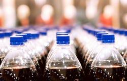 As fileiras de garrafas plásticas Fotos de Stock Royalty Free