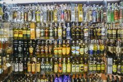 As fileiras de tipos diferentes cachaca das FO bebem, feito do ru destilado fotografia de stock royalty free