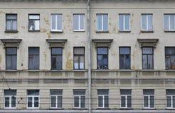 As fileiras de Windows da casa de cidade velha Fotos de Stock Royalty Free