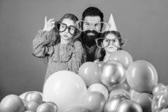 As filhas precisam o pai interessaram ativamente na vida Festa de anos Gene com as duas filhas que têm o divertimento fatherhood imagens de stock