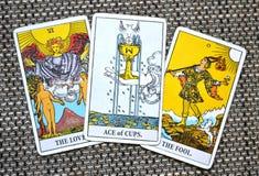 As filiżanki miłości radości Nowego szczęścia wiadomości Szczęśliwi początki miłość kochankowie durnia tło obrazy royalty free