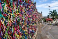 As fitas coloridas do senhor de Bonfim na frente de Nosso Senhor fazem a igreja de Bonfim - Salvador, Baía, Brasil Imagens de Stock Royalty Free