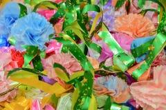As fitas coloridas florescem o verde, o rosa, o azul e a laranja para o fundo Imagem de Stock