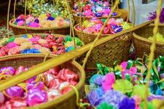 As fitas coloridas florescem o verde, o rosa, o azul e a laranja para o fundo Imagem de Stock Royalty Free