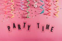 As flâmulas coloridas do partido, as estrelas do ouro e o texto pequenos Party o tempo Imagens de Stock Royalty Free