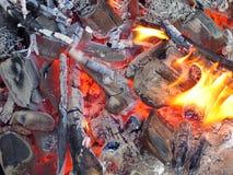 As flamas e os embers quentes. Imagens de Stock Royalty Free