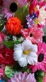 As flores artificiais decoraram a parede Imagens de Stock Royalty Free