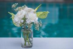 As flores brancas em uns vasos decoram uma tabela fotografia de stock royalty free