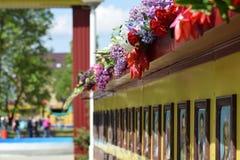 As flores colocadas ao monumento em honra de Victory Day o 9 de maio Imagens de Stock Royalty Free
