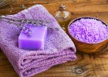 As flores da alfazema extraem o sabão dos termas, a garrafa de óleo e a bacia de sal de banho Fotografia de Stock