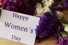 As flores de Liliums e de Helichrysum enviaram sobre o dia das mulheres Mensagem do dia das mulheres felizes no caderno Foto de Stock