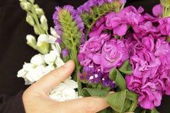 As flores de Liliums e de Helichrysum enviaram sobre o dia das mulheres Mensagem do dia das mulheres felizes no caderno Foto de Stock Royalty Free