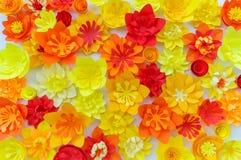 As flores decorativas fizeram do papel do of?cio no fundo branco Handwork Cart?o do feriado da mola foto de stock