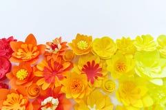As flores decorativas fizeram do papel do of?cio no fundo branco Handwork Cart?o do feriado da mola imagens de stock royalty free