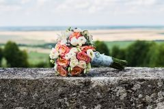 As flores do casamento do rosa e do wite aumentaram foto de stock