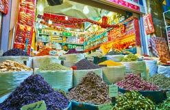 As flores e as ervas secadas no bazar de Vakil, Shiraz, Irã Imagem de Stock Royalty Free