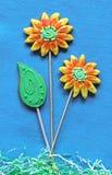As flores e a folha do pão-de-espécie no azul sentiram o fundo Fotos de Stock