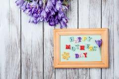 As flores e o quadro bonitos dos açafrões com letras de madeira coloridas soletraram o dia feliz do ` s da mãe em placas de madei Fotos de Stock Royalty Free